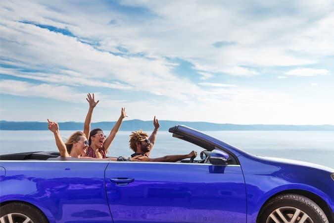 Amigos em viagem de carro por Cancún