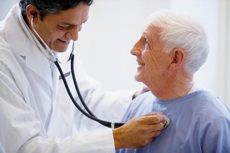 Médico realizando consulta