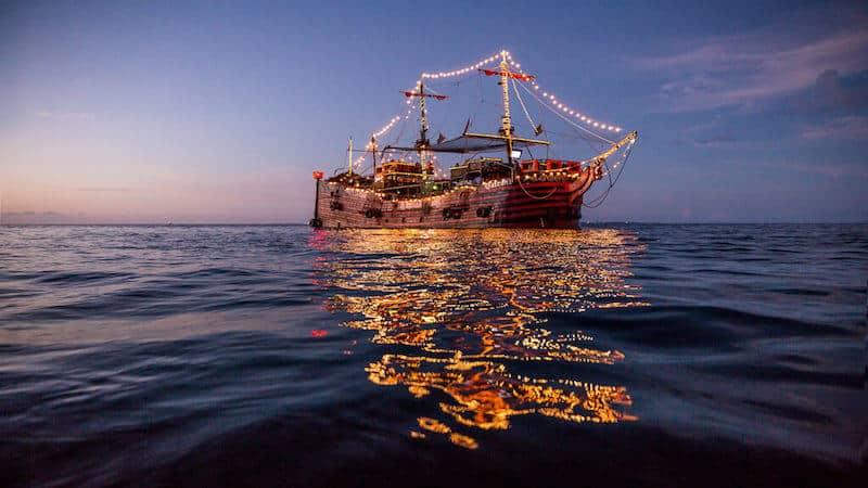 Barco do Capitão Gancho com crianças em Cancún