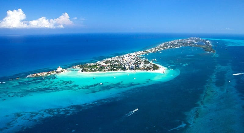 Mar azul em Cancún