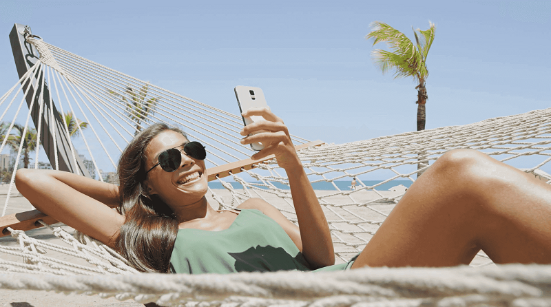 Menina usando o celular à vontade em Cancún