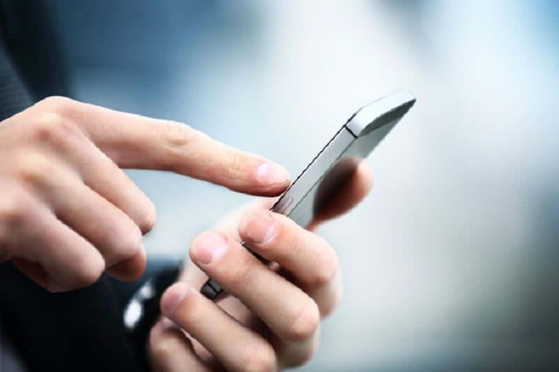 Pessoa usando celular em Cancún