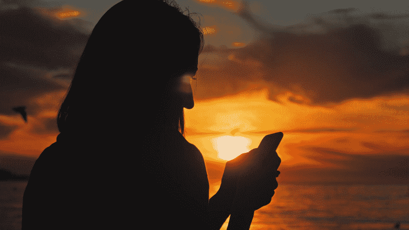 Menina usando o celular em Cancún