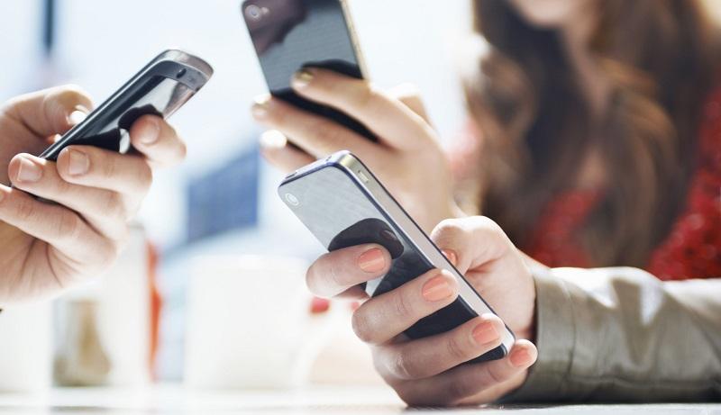 Pessoas usando o celular à vontade