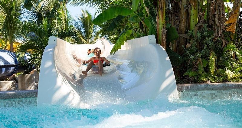 Crianças em tobogã em Cancún