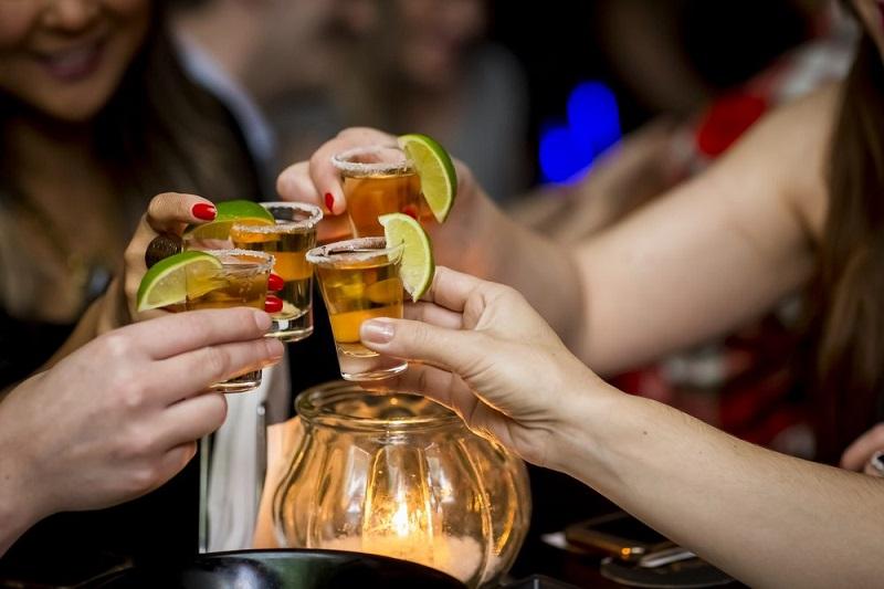 Pessoas brindando em bar de Cancún