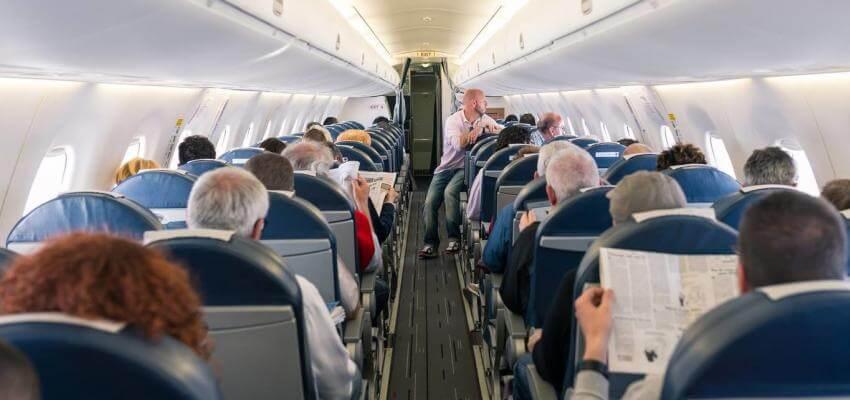 Avião repleto de passageiros