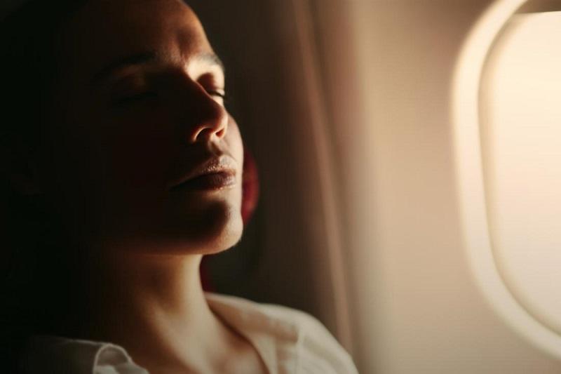 Pessoa relaxando em avião