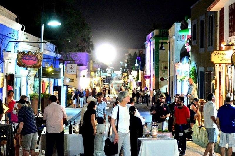 Pessoas curtindo a Art Walk em Los Cabos
