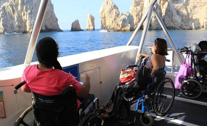 Deficientes físicos no barco para o passeio até o El Arco em Los Cabos