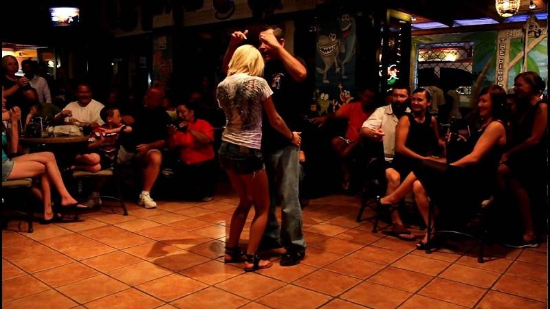 Pessoas dançando na balada The Giggling Marlin em Los Cabos