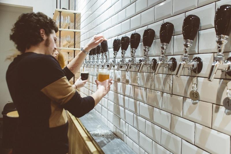 Pessoas bebendo cervejas do Teorema/Ludica Co em Tijuana