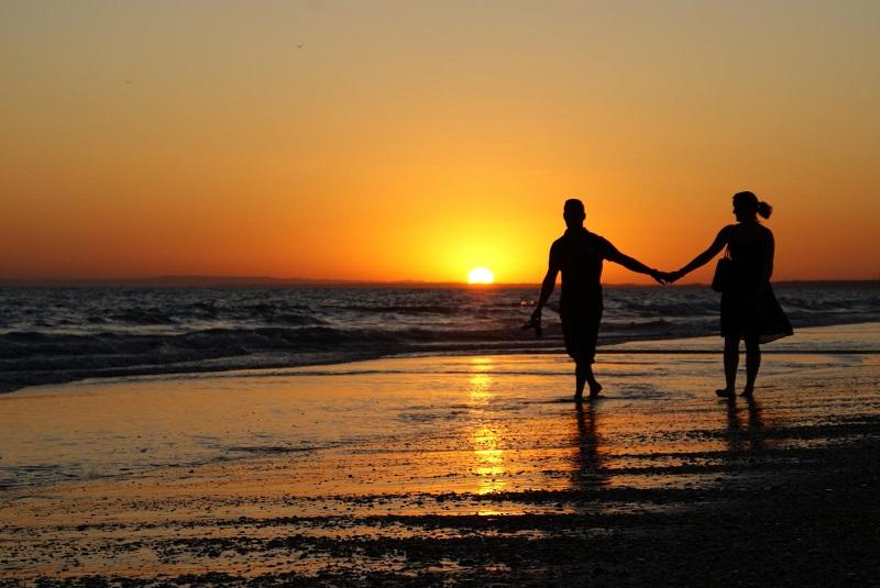 Casal em praia curtindo