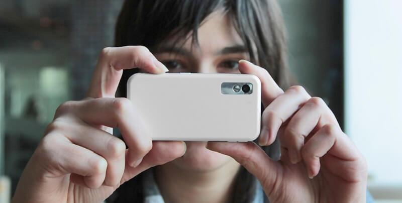 Menina usando o celular