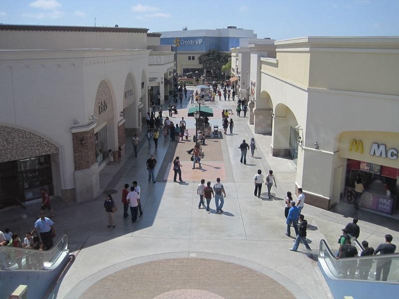 Pessoas explorando o Shopping Plaza Río Tijuana