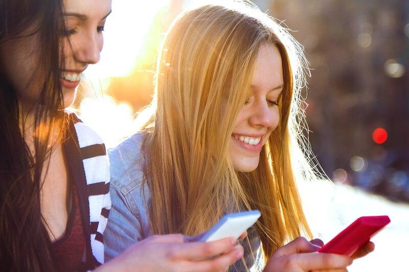 Meninas usando o celular