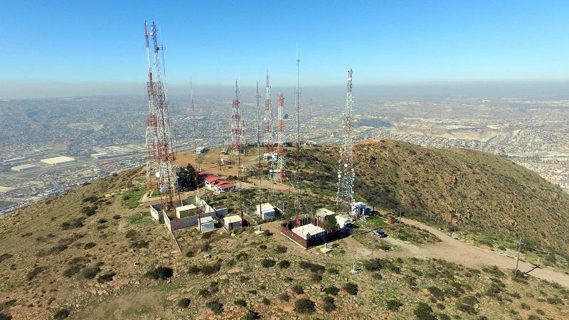 Antenas de rádio e televisão no Cerro Colorado em Tijuana
