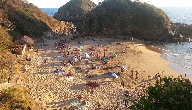 Pessoas curtindo a Playa Mazunte em Puerto Escondido