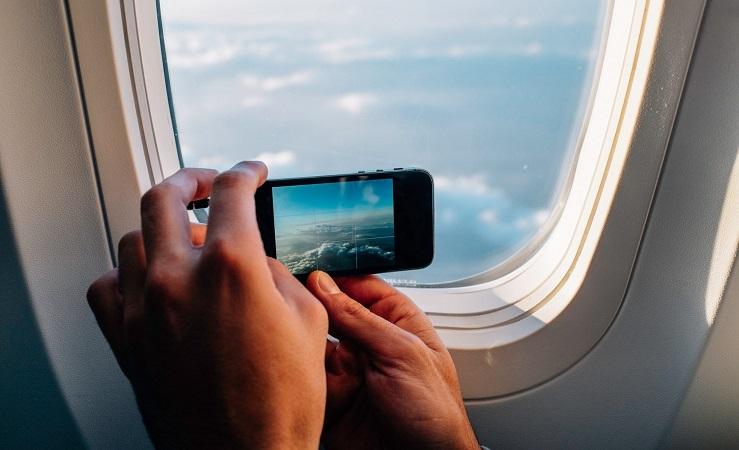 Pessoa fotografando dentro do avião