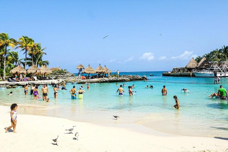 Turistas curtindo praia de Cancún
