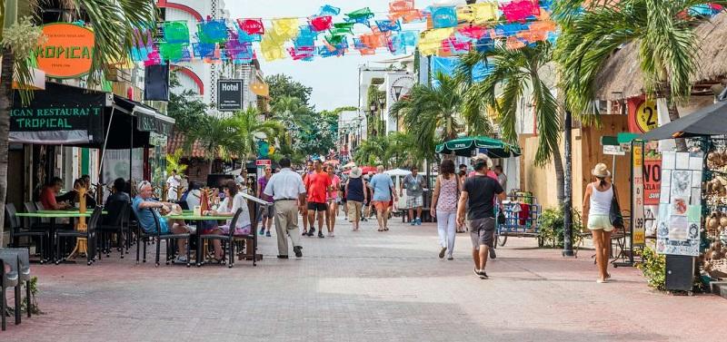 Turistas andando por Playa del Carmen