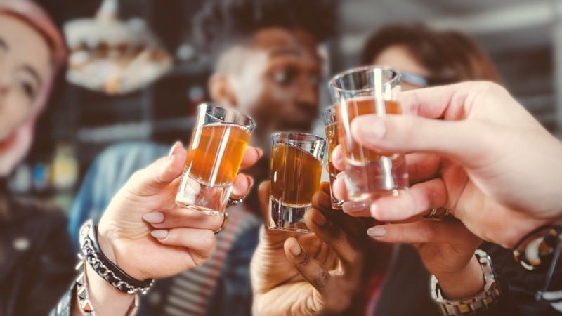 Amigos brindando com tequila no México