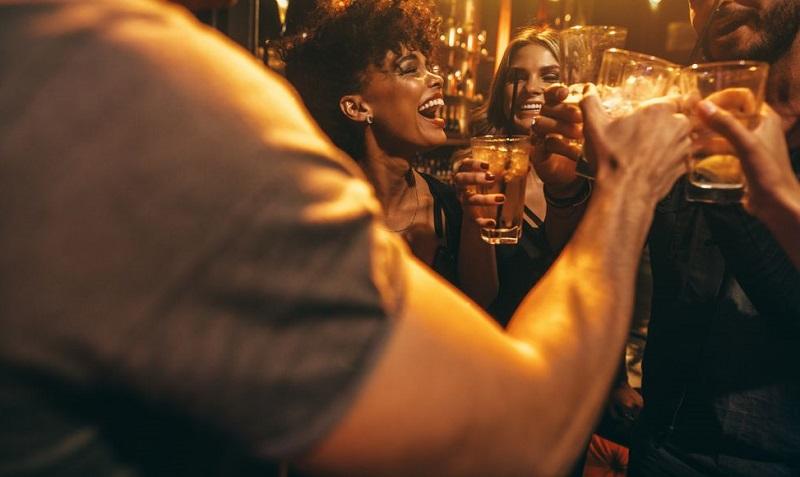 Amigos comemorando em bar