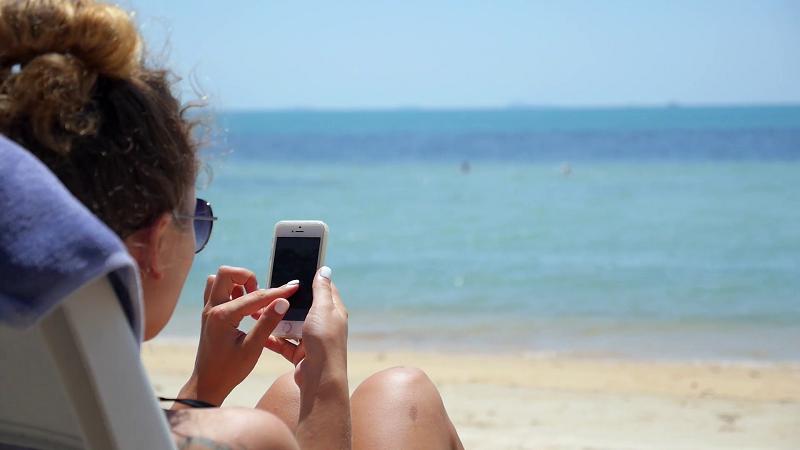 Menina usando o celular em Playa del Carmen
