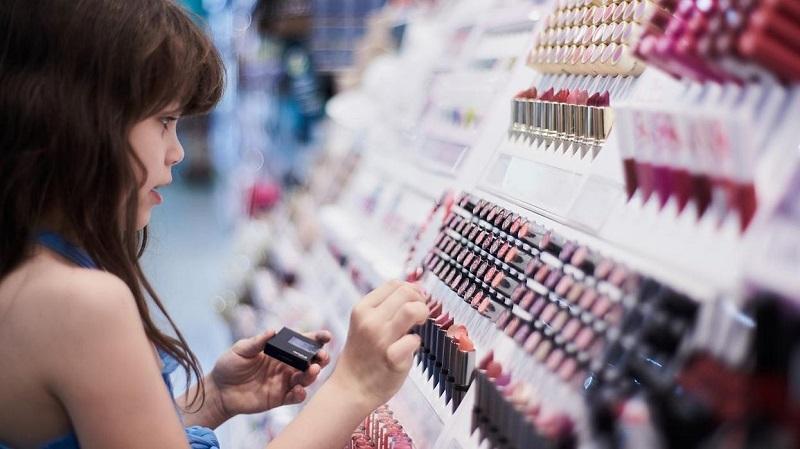 Menina comprando maquiagens