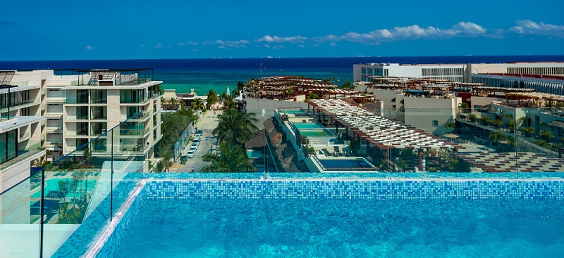 Hotel com piscina de borda infinita e vista para Playa del Carmen
