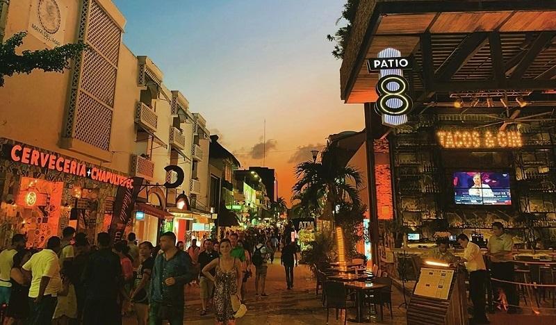 Noite na Quinta Avenida em Playa del Carmen
