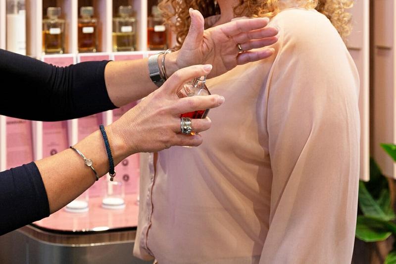 Testando perfume em loja