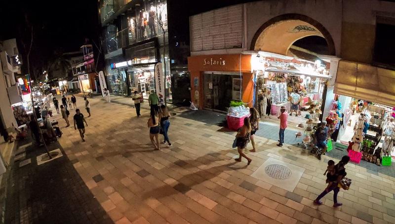 Turistas caminhando na Quinta Avenida em Playa del Carmen